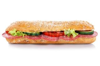 Baguette Brötchen Sandwich Vollkorn mit Salami seitlich freigestellt Freisteller