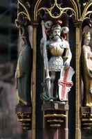 Skulptur des heiligen Georg mit Drachen am Fischbrunnen auf dem Münsterplatz in Freiburg im Breisgau