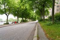 Leere Straße am Tag mit Bordstein