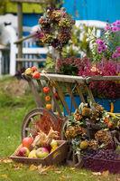 Alter Leiterwagen mit Herbstdekoration