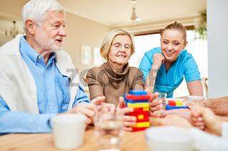Dementes Senioren Paar und Pflegehilfe