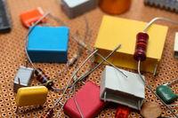 verschiedene Elektronikbauteile auf Platine