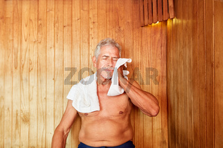 Senior Mann schwitzt im Dampfbad