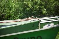 Ruderboote auf dem Rasen