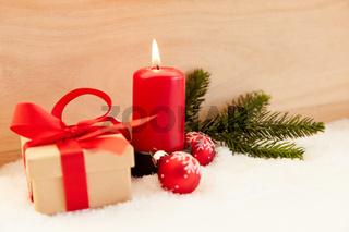Rote Kerze zum ersten Advent vor Weihnachten