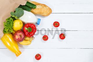 Einkauf Lebensmittel einkaufen Früchte Obst und Gemüse Textfreiraum Copyspace Papiertüte Holzbrett