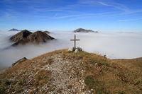 kleines Kreuz am Berggipfel