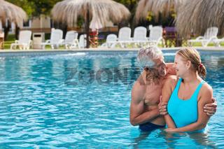 Verliebtes Paar Senioren im Swimmingpool