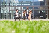 Gruppe Geschäftsleute macht Pause im Freien