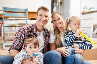 Eltern und Kinder feiern im neuen Haus
