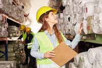 Junge Logistik Frau kontrolliert Warenbestand