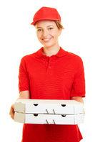 Frau liefert Pizza als Pizzabote für Pizzaservice