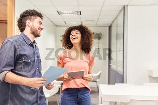 Zwei junge Business Kollegen flirten miteinander