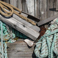 Schiffsanleger mit Fischernetzen und Tauen