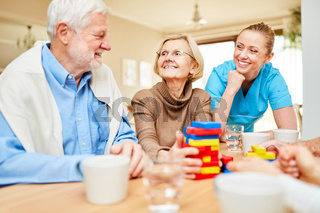 Altenpflegerin kümmert sich um Senioren