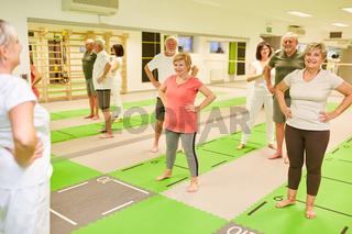 Senioren Gruppe in einer Rückenschule mit Trainer