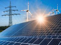 Photovoltaikanlage, Windkraftanlage und Strommast