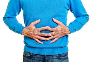 Mann mit Magenschmerzen hält Hände auf Bauch