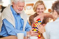Senioren Gruppe mit Demenz stapelt Bausteine