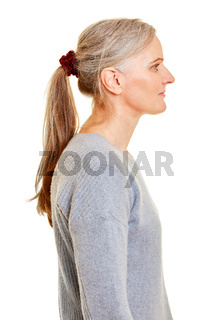 Ältere Frau mit Zopf im Profil