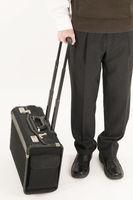 stehend mit Koffer
