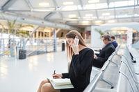 Geschäftsfrau mit Handy bei der Terminplanung
