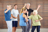 Senioren lernen tanzen im Tanzkurs