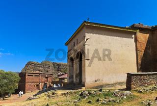 Eingangshalle der halbmonolithischen Felsenkirche Abreha wa Atsbeha bei Wukro