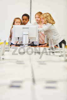 Gruppe Kinder lernt zusammen am PC