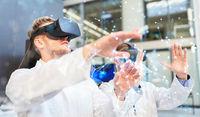 Zwei Ärzte mit Virtual Reality Brille im Training