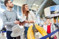 Familie und zwei Kinder warten auf Anschlussflug