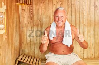 Manager in der Sauna hält Daumen hoch