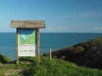 Bucht von Hillion, Frankreich, Normandie, Warntafel für Ebbe und Flut