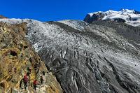 Alpinisten im Zustieg zum Gornergletscher, Zermatt, Wallis, Schweiz