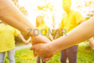 Gruppe beim Hände halten im Kreis