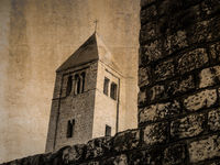 Postkarte vom Glockenturm der Andreaskirche in Rab, Kroatien, in sepia