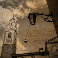 Postkarte im Retro-Look des Turms der St.-Nikolaus-Kirche in Meran, Südtirol