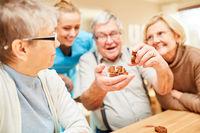 Senioren haben Spaß an einem Geduldspiel