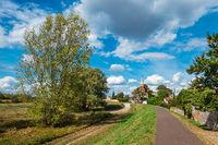 Deich mit Radweg an der Elbe in Magdeburg