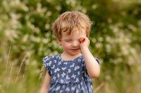 Müdes Kind reibt sich die Augen