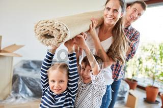 Kinder helfen Eltern beim Umzug