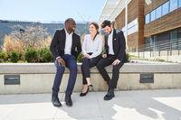 Drei Geschäftsleute in der Pause beim Smalltalk