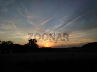 Schöne Abendstimmung in einer Landschaft bei Abendrot und Wolkenbildern