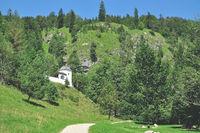 Wanderweg in Reit im Winkl an der Kriegergedaechtniskapelle,Oberbayern,Deutschland