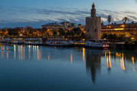 Goldener Turm (Torre del Oro) beim Guadalquivir Fluss, Sevilla, Andalusien, Spanien, Europa