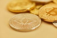 Ether und Bitcoin Münzen als Bargeld