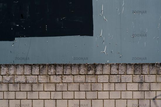 Graue Plakatwand und Mauerkante