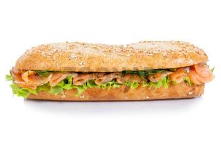 Baguette Brötchen Sandwich Vollkorn mit Lachs Fisch seitlich freigestellt Freisteller