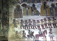Nordwand mit Darstellungen von: obere Reihe: der Eremit Gebre Menfas