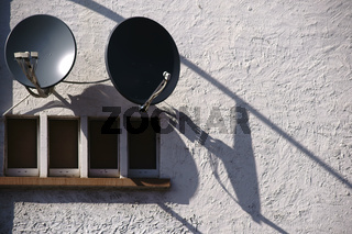 Satellitenschüssel wirft Schatten